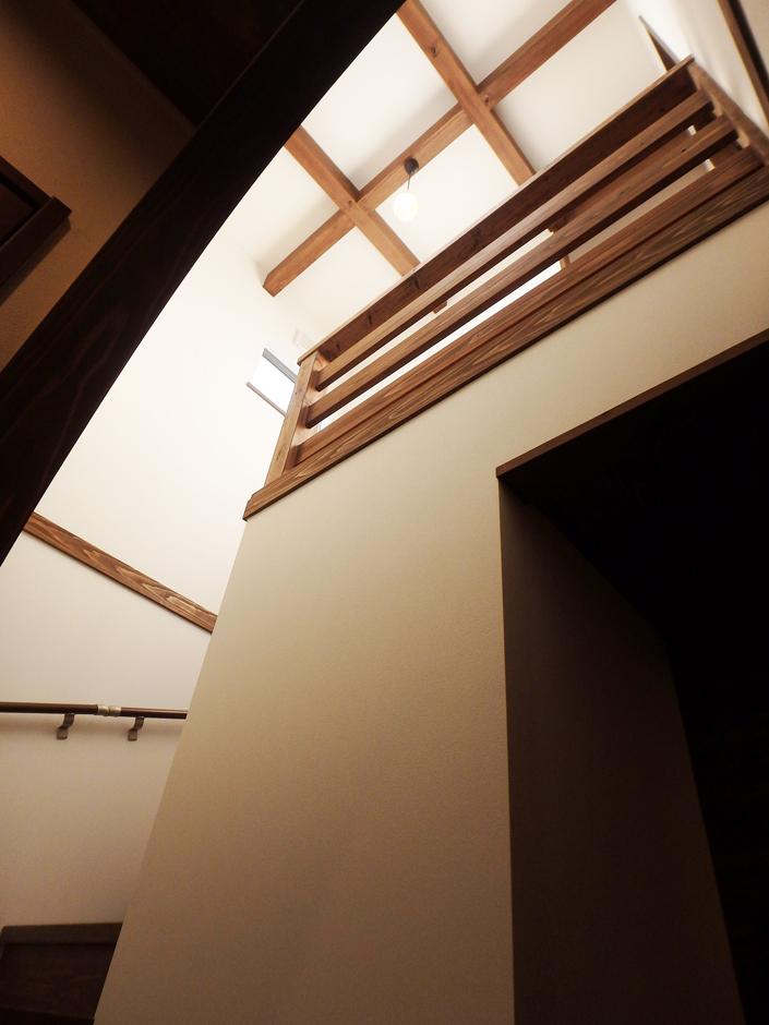 TDホーム静岡西 ウエストンホームズ【和風、自然素材、間取り】吹き抜けの解放的な階段。家族の息づかいも感られる