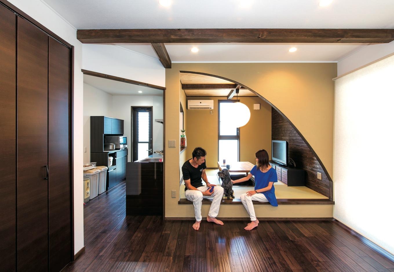 LDKにある4.5畳の畳スペースはくつろぎの空間。ムクの床は気持ち良く、ピノくんも元気に走りまわっている