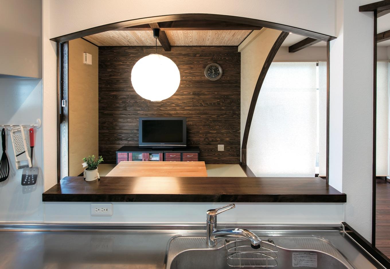 TDホーム静岡西 ウエストンホームズ【和風、自然素材、平屋】キッチンは対面なので、テレビを見たりご主人と会話をしながら料理ができる