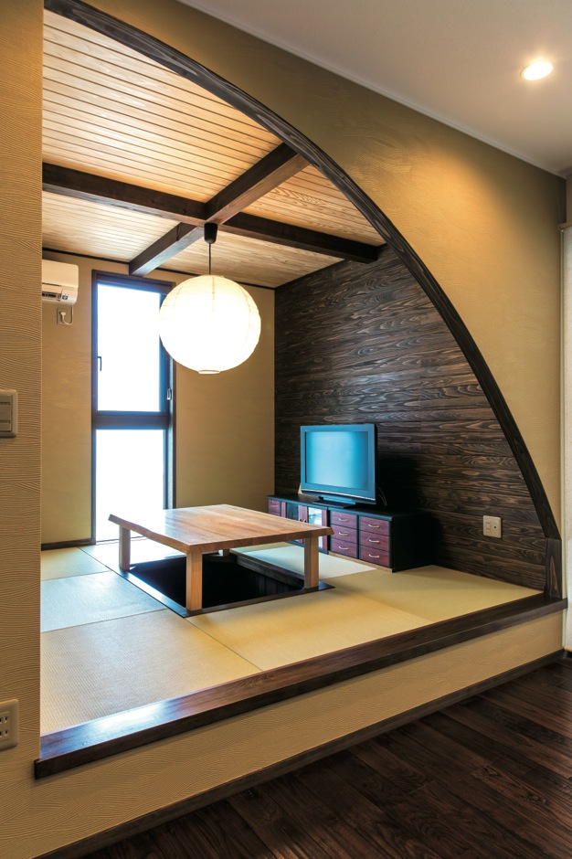 TDホーム静岡西 ウエストンホームズ【和風、自然素材、平屋】テレビの背面の杉のはめ板が、空間全体を引き締めてくれる