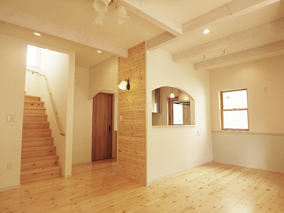 白を基調とした可愛らしい内装と無垢の床材が、家全体を優しく包む。奥はキッチンになっており、奥さんが笑顔で料理をする姿が思い浮かぶ