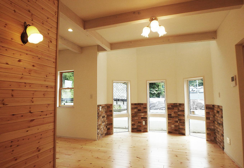 特徴のあるティースペースは窓からの光が空間を明るくする。こだわりの照明にも注目したい