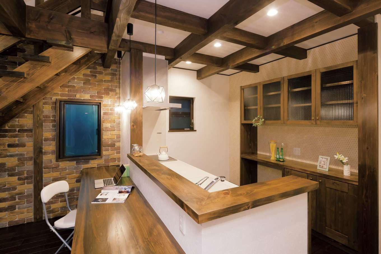TDホーム静岡西 ウエストンホームズ【デザイン住宅、和風、趣味】家族の様子が見渡せるオープンキッチン。ダイニングカウンターをはじめ、標準仕様の造作家具が多いのは『TDホーム静岡西』の特徴