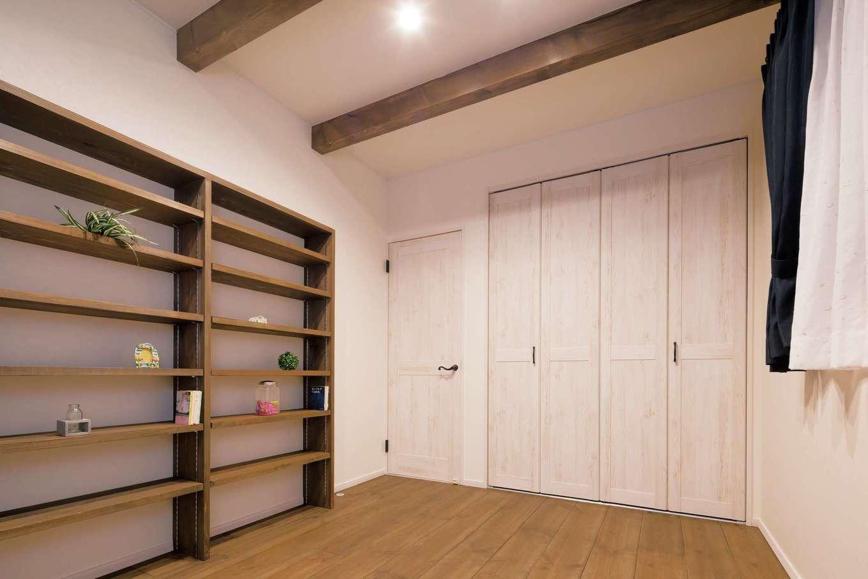 TDホーム静岡西 ウエストンホームズ【デザイン住宅、和風、趣味】本好きな娘さんからのリクエストに応えて、大容量の書棚を無垢材で造作。これも標準仕様というから驚き! 2階の床はキズがつきにくいボルドーパイン