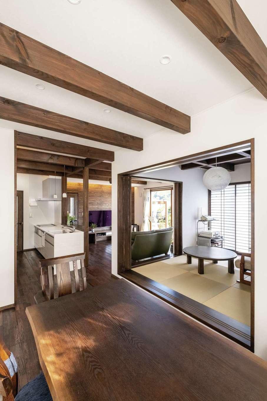 TDホーム静岡西 ウエストンホームズ【デザイン住宅、二世帯住宅、自然素材】家族みんなで食卓を囲むダイニング。以前は離れた場所で孤独を感じながら料理を作っていたお母さまも、オープンキッチンになって嬉しそう♪