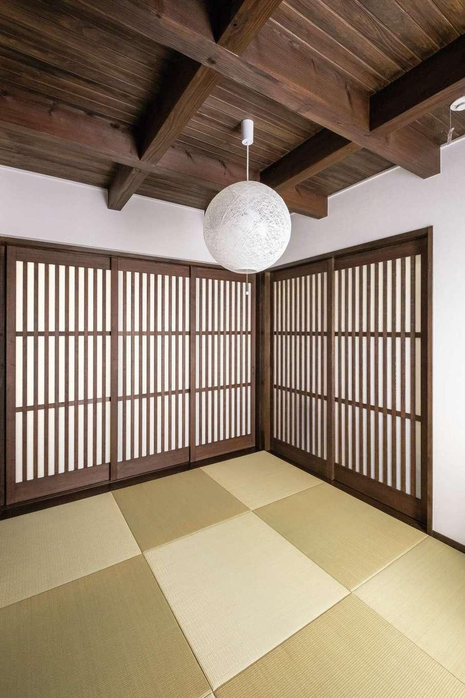 TDホーム静岡西 ウエストンホームズ【デザイン住宅、二世帯住宅、自然素材】町家風にデザインした小上がりの和室。格子戸を閉じれば、ゲストの寝室にもなる
