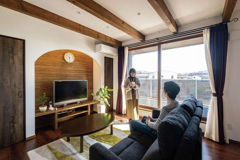 TDホーム静岡西 ウエストンホームズ【デザイン住宅、二世帯住宅、自然素材】子世帯のサブリビングは2階に。窓を開けると軒の深いインナーテラスとつながり、天候を気にせず洗濯物を干せる
