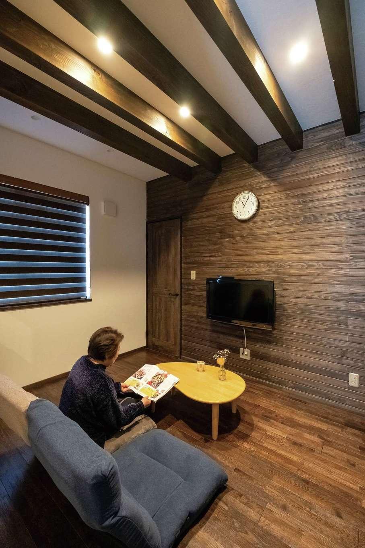TDホーム静岡西 ウエストンホームズ【デザイン住宅、二世帯住宅、自然素材】北側の平屋部分にあたる親世帯のサブリビング。祖母の部屋の隣に配置したことでお互いに安心できる