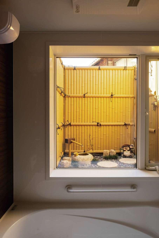 TDホーム静岡西 ウエストンホームズ【デザイン住宅、二世帯住宅、自然素材】お父さまたっての要望に応えて実現した箱庭のある浴室。紅葉を眺めながらのバスタイムは極楽、極楽!