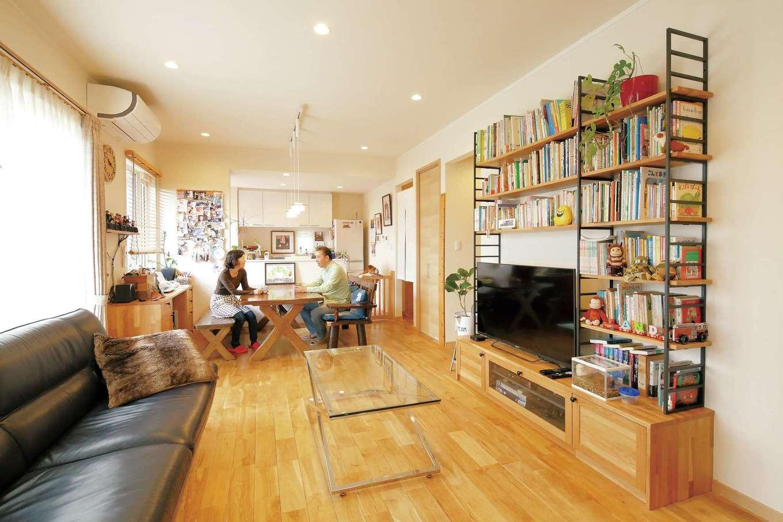 静鉄ホームズ【二世帯住宅、省エネ、間取り】LDKは和室やデッキまでつながり開放的。無垢のオークの床に合わせて本棚やデスクが造作された。愛犬アンディ君の暮らしやすさにも配慮されている