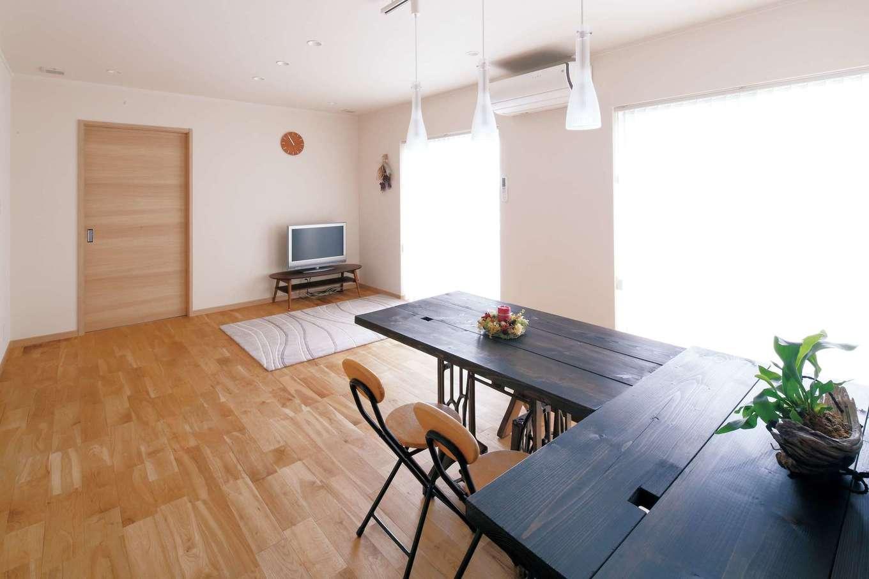 古いミシンをリメイクしたテーブルもなじむ2階LDK。将来の同居に備え、2階はフレキシブルな造りになっている
