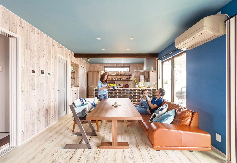静鉄ホームズ【デザイン住宅、子育て、インテリア】クロスの色や柄、床材にもこだわり抜いたLDK。のんびりくつろげるお気に入りの空間に