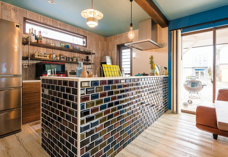 静鉄ホームズ【デザイン住宅、子育て、インテリア】アンティークなカフェ風に仕上げたキッチン。タイルの色はブルーの壁との対比を考えて選んだ。背面の棚はご主人の自作