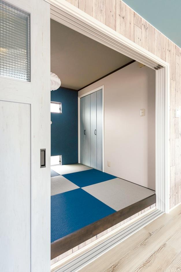 静鉄ホームズ【デザイン住宅、子育て、インテリア】畳や収納扉の色を家全体のテイストに合わせているため、和室も違和感なくLDKに溶け込んでいる