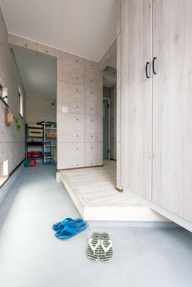 静鉄ホームズ【デザイン住宅、子育て、インテリア】アウトドアグッズをたっぷり収納できる土間収納も、自慢のポイント。コンクリート調のクロスでモダンな印象に