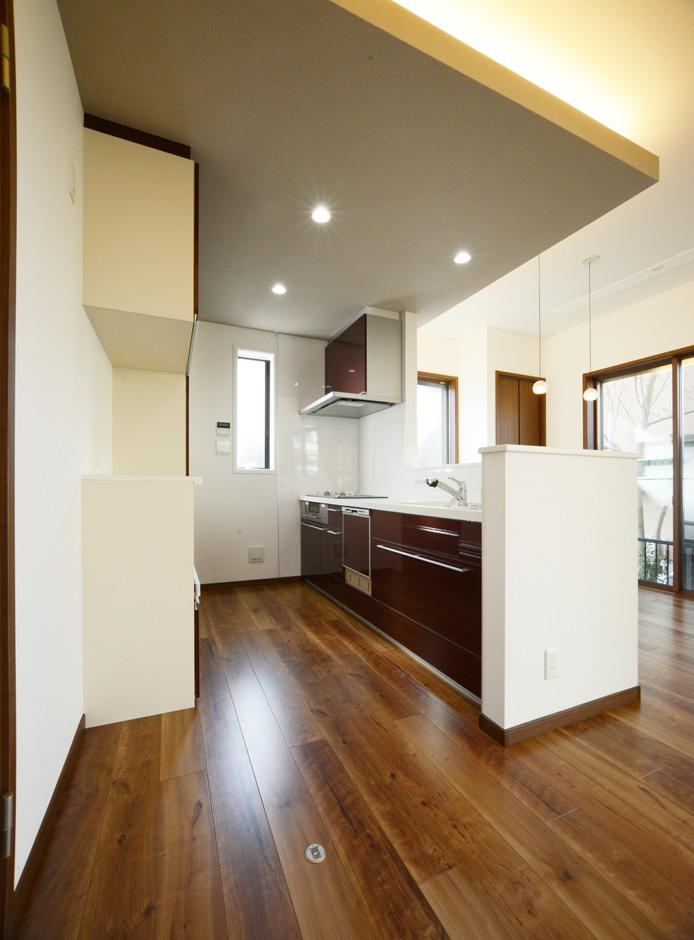 静鉄ホームズ【子育て、収納力、間取り】キッチンの天井はリビング・ダイニングより少し下げ、間接照明を設置。1階の天井高を高くしたことによってできたゆとりを上手に活かしている