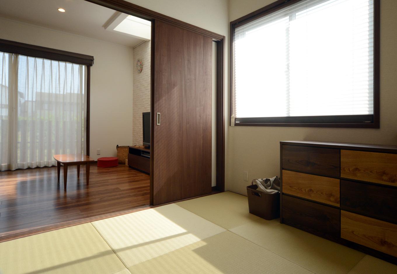 静鉄ホームズ【子育て、収納力、間取り】リビングの隣に配置した和室。玄関からLDKを通らずに直接入ることもできるよう、廊下側にも扉を設置。客間としても利用できる