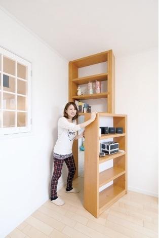 セカンドリビングの本棚は、下部が可動式。開けると、なんと隠し部屋が!?