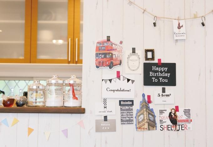 ダイニングの壁には、ショップカードなどをコラージュ風にピンナップして、カフェのよう