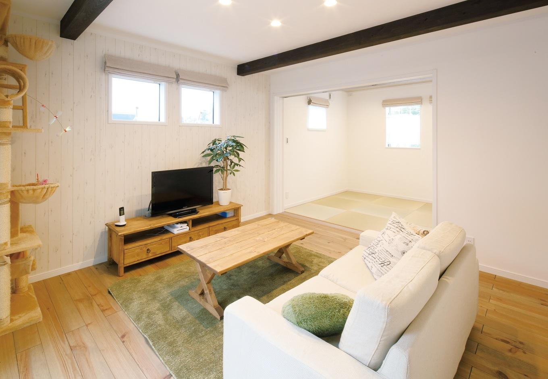 リビングから段差なしで繋がる和室。将来同居予定のご両親も、ゆったりと過ごせる空間