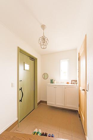 静鉄ホームズ【輸入住宅、間取り、インテリア】帰宅をほっとしたものにしてくれる玄関。ドアはご主人の好きな色。右手にはシューズクロークが用意されている