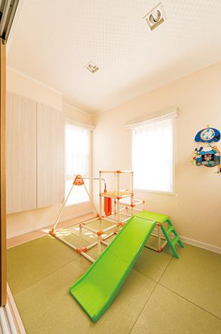 静鉄ホームズ【輸入住宅、間取り、インテリア】リビングとひと続きの畳コー ナーは、目の届く遊び場としても、お昼寝スペースとしても重宝