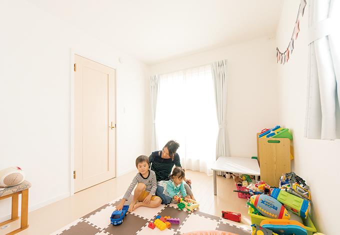 静鉄ホームズ【輸入住宅、間取り、インテリア】2階は2 つの子ども部屋と寝室を配置。1階と雰囲気を変え、白を基本にコーディネートされた