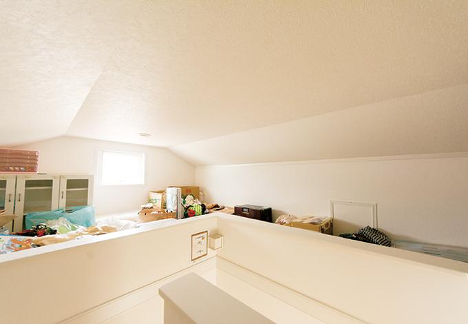 静鉄ホームズ【輸入住宅、間取り、インテリア】小屋裏収納は7畳もの広さ。 階段でアクセスできるので、出 し入れもラクラク