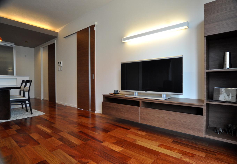 静鉄ホームズ【デザイン住宅、二世帯住宅、間取り】こだわりのフローリングがLDKに色々な表情を演出。また、造り付けのテレビボードは下に空間があるため、お掃除もラクラク