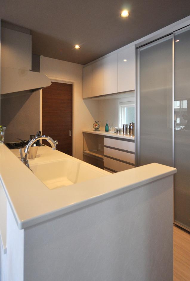静鉄ホームズ【デザイン住宅、二世帯住宅、間取り】スッキリと、シンプルにまとまったキッチン。半透明の扉がついた収納はほどよく視線を遮ることができ、奥様のお気に入り