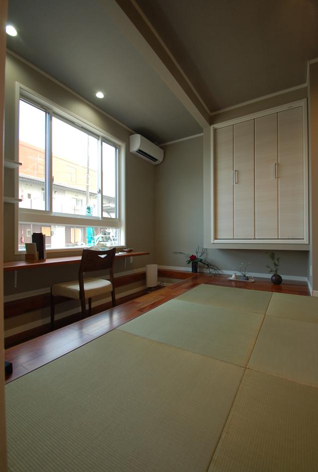 静鉄ホームズ【デザイン住宅、二世帯住宅、間取り】和風すぎないモダンな和室。窓下がカウンターデスクとなっており、針仕事や書き物をするのに便利