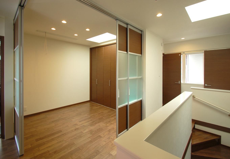 静鉄ホームズ【デザイン住宅、二世帯住宅、間取り】親世帯と子世帯の中間にあるファミリースペースは、大きな扉で仕切れば個室としても使うことができる