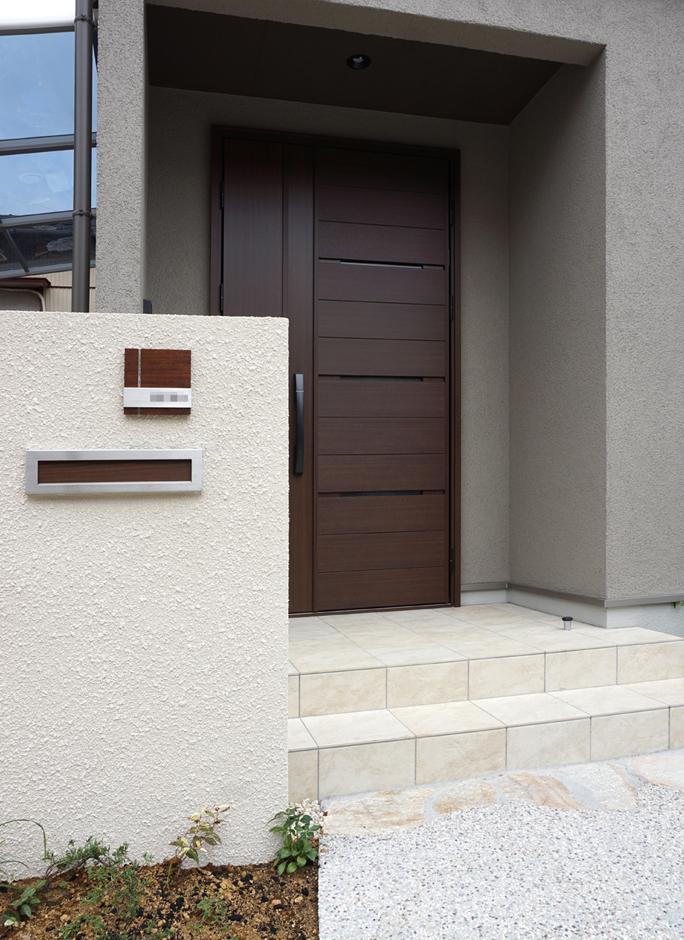 静鉄ホームズ【デザイン住宅、二世帯住宅、間取り】親世帯の玄関ドアとはデザインが異なりつつも、色味を合わせて統一感を持たせている