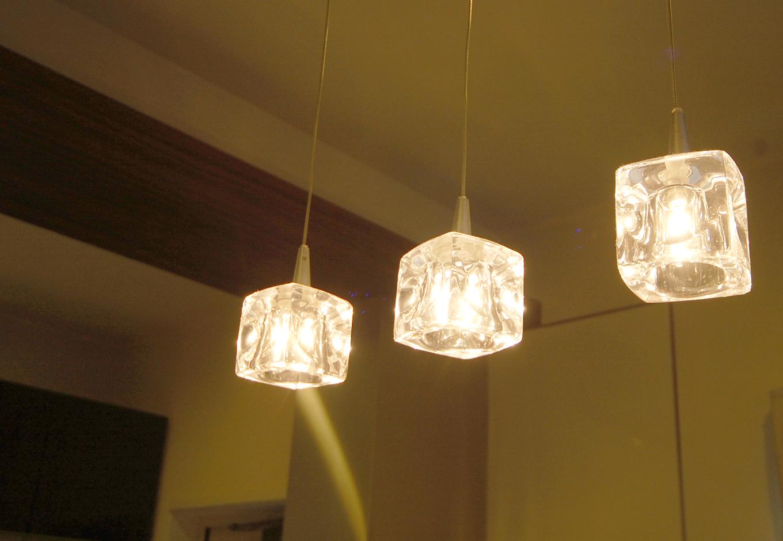 3連のキューブ型照明器具がダイニングをやさしく照らす