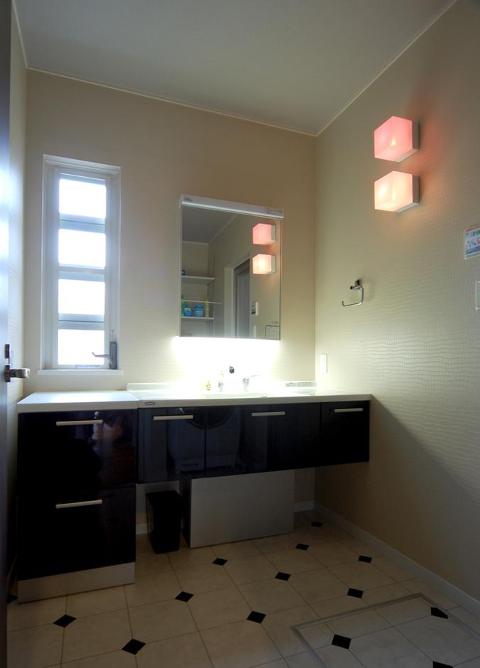 シンプルながらも、壁や床にアクセントを持たせているため決して地味な印象はない。色違いのキューブ型照明がカラフルでポップ!