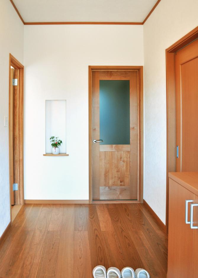 無垢材を基調としたホールには遊び心のあるニッチが出迎えてくれる