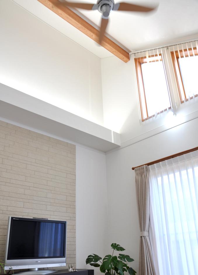 標準より建物の高さを大きくした吹抜け天井は、外からの光と室内の間接照明により独特な雰囲気がある