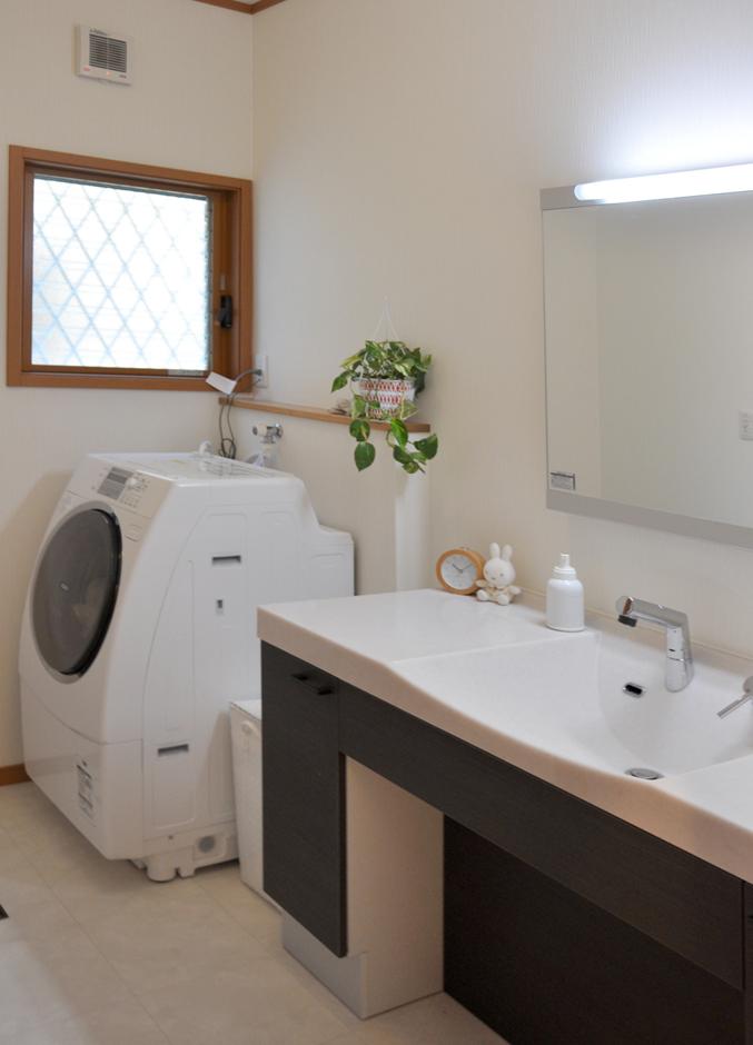 1階の洗面は機能的で大きな洗面化粧台を採用