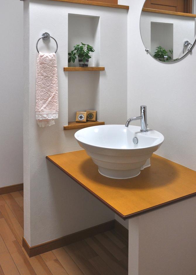 2階ホールには、毎日のグルーミングが楽しくなる様な洗面カウンターを設置