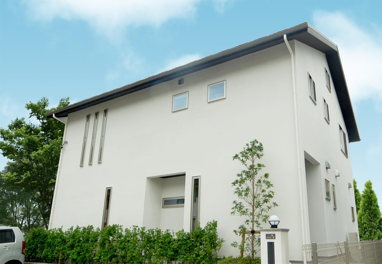 静鉄ホームズ【自然素材、省エネ、間取り】真っ白でシンプルな外観。スイス漆喰で仕上げた外壁は時が経ってもいつまでも白さを持続する