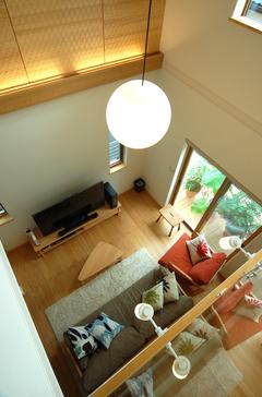 自然素材をふんだんに使った、リビングで繋がる家
