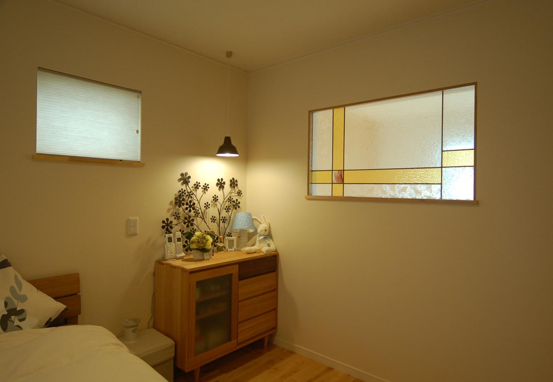 静鉄ホームズ【自然素材、省エネ、間取り】寝室にはステンドガラスをはめ込み、吹き抜けとの繋がりを持たせた