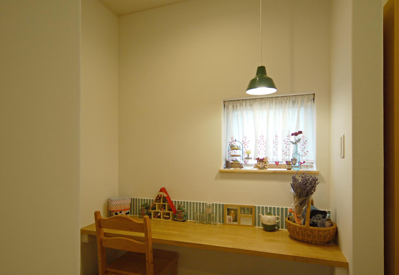 静鉄ホームズ【自然素材、省エネ、間取り】キッチン近くには奥さま専用のミセスコーナー。タイルと照明が小物とよく合っている