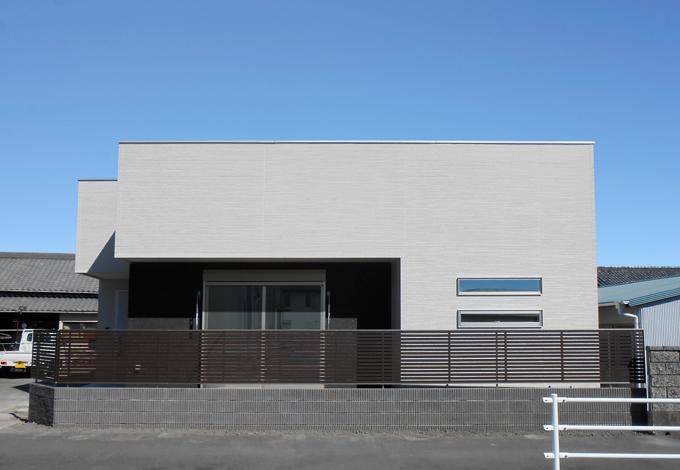 静鉄ホームズ【デザイン住宅、間取り、平屋】インパクトのあるシンプルモダンな外観。すっきりとしながらも、外壁のテクスチャがのっぺりとした印象を与えず、さらにスリット窓がアクセントとなっている