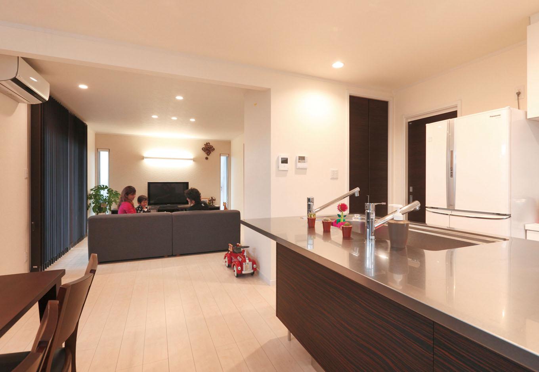 静鉄ホームズ【デザイン住宅、間取り、平屋】キッチンの南側はダイニングとなっており、家族と会話を交わしながら楽しく家事や料理ができる間取り。縦型や横型のスリット窓を設けることで、明るい光が差し込むリビングダイニングとなった