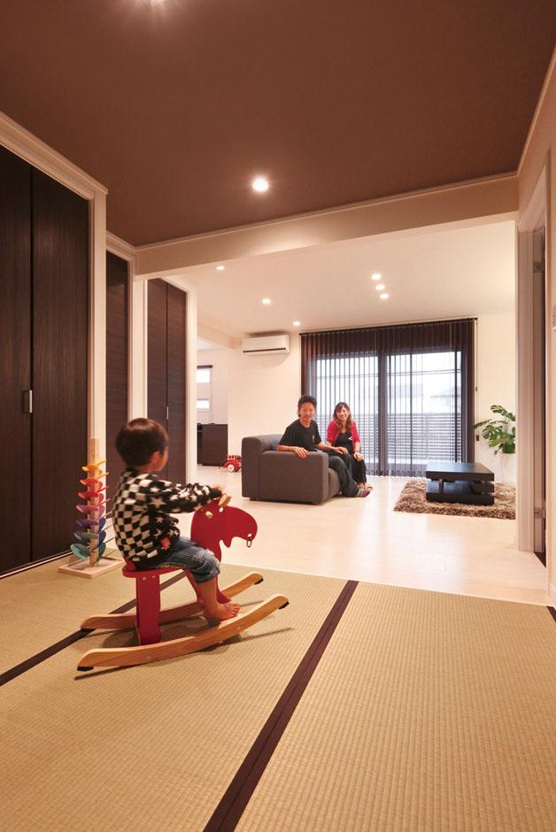 静鉄ホームズ【デザイン住宅、間取り、平屋】リビングのすぐ隣にある和室(畳コーナー)は、子育て中の奥さまが子どもたちを遊ばせたり、おむつを替えたりと大活躍