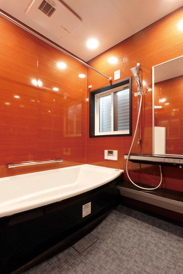 静鉄ホームズ【デザイン住宅、間取り、平屋】親子でのびのび入浴できるゆったりサイズのバスルーム。暖かみを感じられる木目柄だ