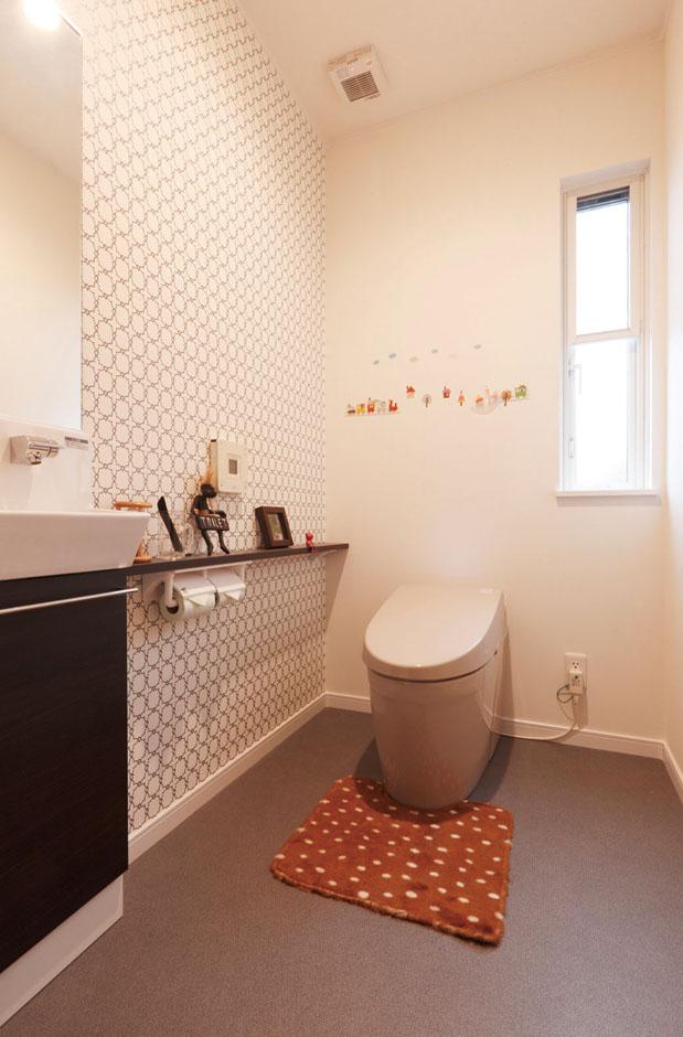 静鉄ホームズ【デザイン住宅、間取り、平屋】ブラウン系を基調とし、シックな配色でまとまっているモダンなトイレ。タンクレスタイプなので、お手入れも簡単