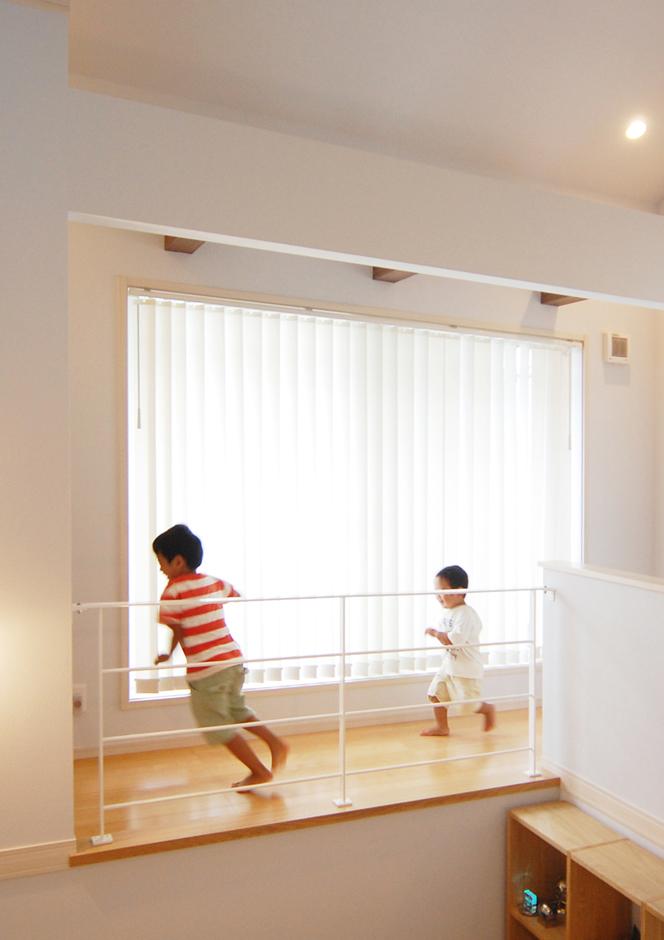主寝室を通ると回遊することができる2階の廊下。子どもたちが元気よくぐるぐると走り回っている