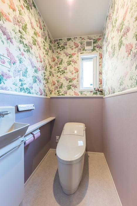 静鉄ホームズ【デザイン住宅、省エネ、間取り】キュートなアクセントクロスを用いた2階のトイレ。奥さまのセンスが光る